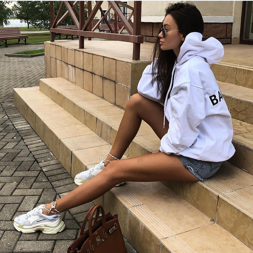 White Oversized Hoodie, Denim Shorts And White Sneakers 2019