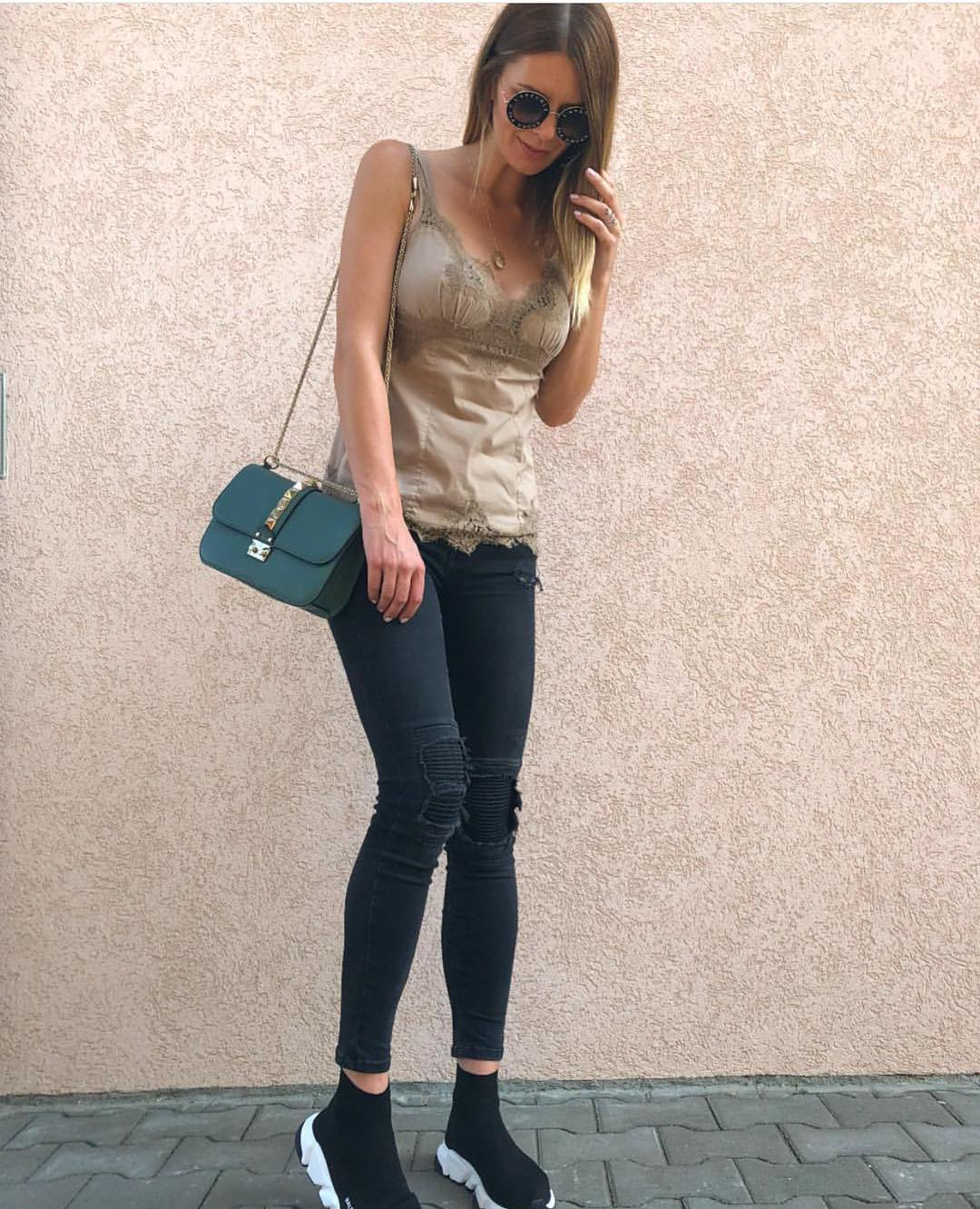 Khaki Green Lace Slip Tank And Black Skinny Jeans For Casual Summer Walks 2019