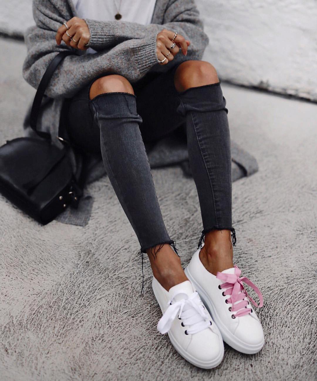 Modern Grunge For Spring: Knee Ripped Jeans, Wool Cardigan And White Kicks 2019