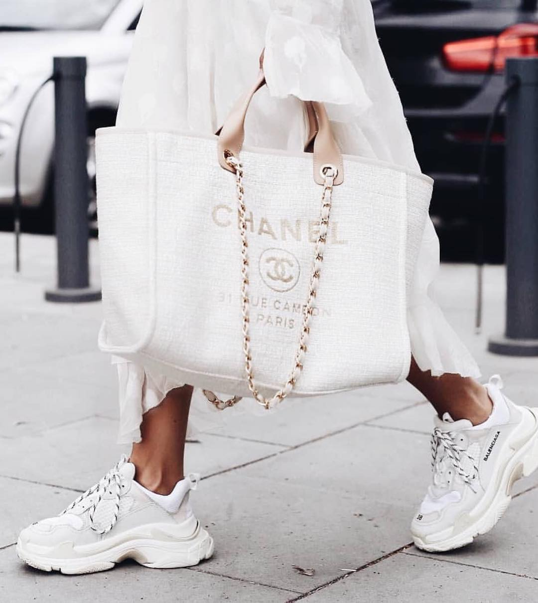 Ideal All White Look For Fall: Chunky Sneakers, Long Dress And Big Tote Bag 2019