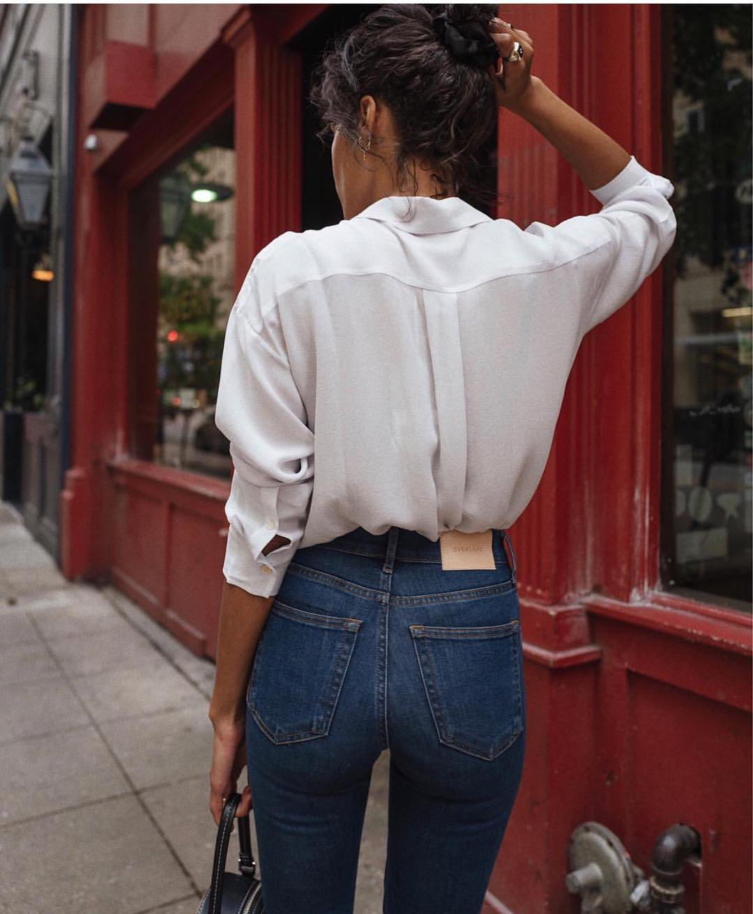 Simple Classics For Street Walks: White Shirt And Blue Skinny Jeans 2020