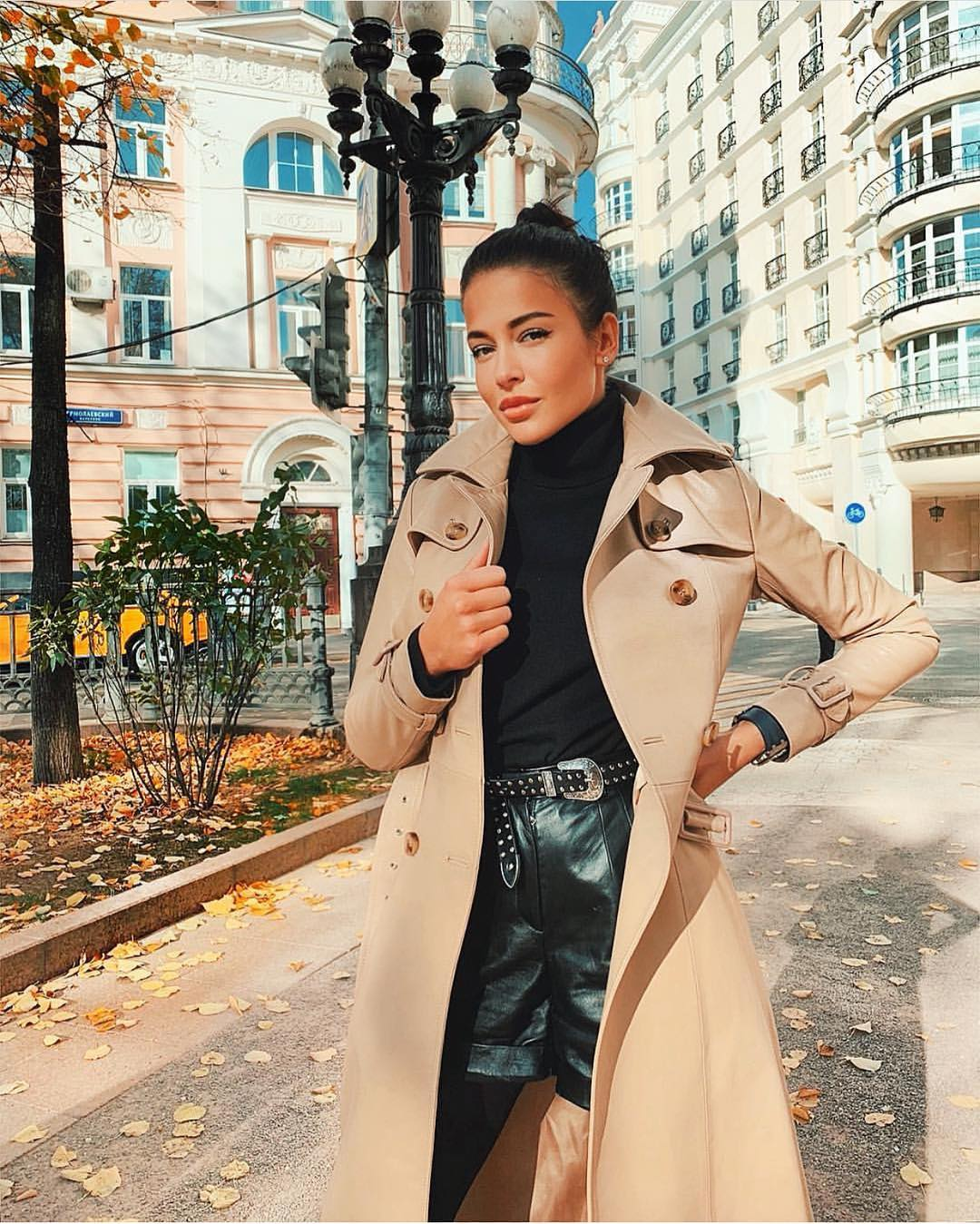 Beige Trench Coat And Black Leather Shorts For Autumn 2019