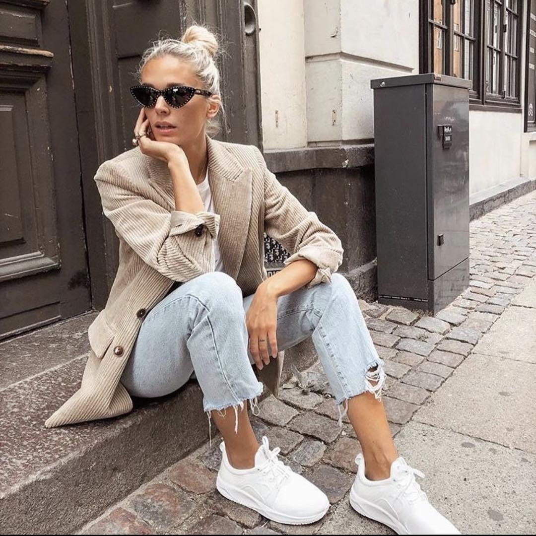 Beige Velour Blazer With Wash Jeans And White Sneakers For Fall 2020